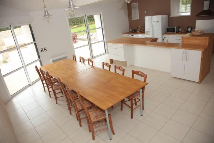Très grande cuisine de 50 m² avec table familiale