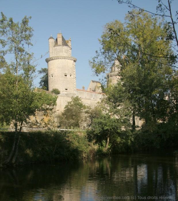 Chateau et lac d'Apremont