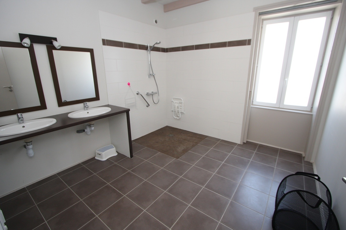 Gite handicap vend e for Plan de douche a l italienne