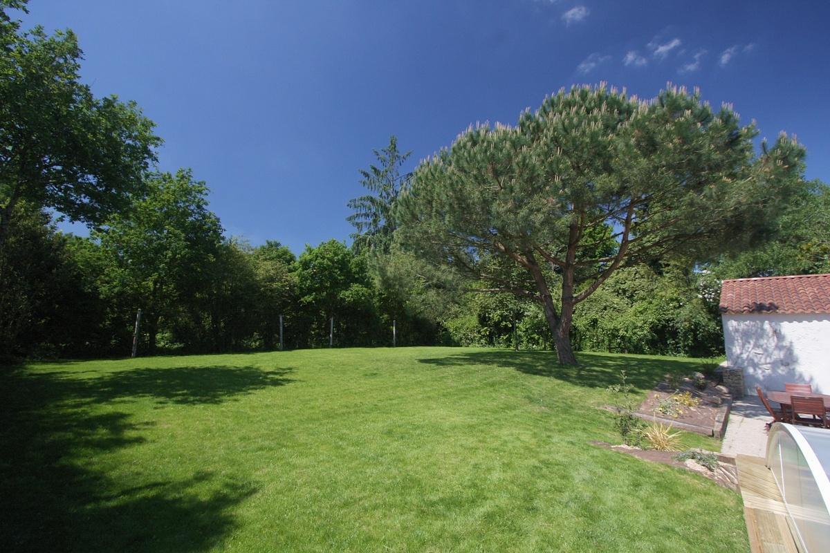 Tr s grand gite de groupe avec piscine et wifi en vend e for Paysage de jardin
