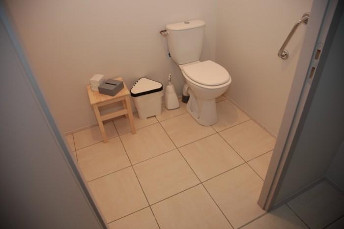 porte des wc très large pour laisser passer un fauteuil